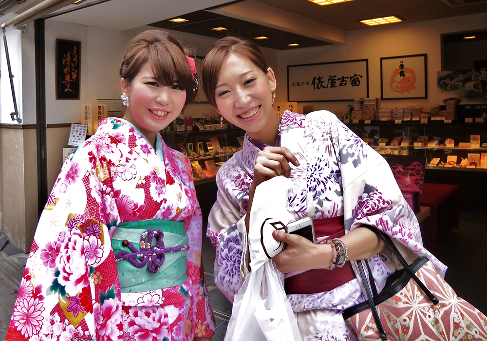 Colourful Kimonos, Gion district, Kyoto / Vic Johnson